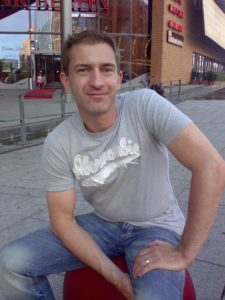 Eric Promm sitzend